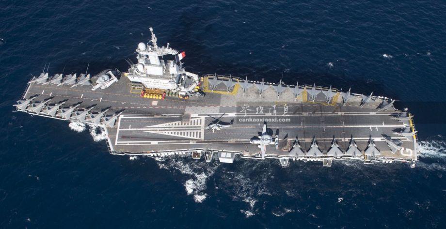 """""""戴高乐""""号是除美海军核航母外,唯一在役的法国核航母,最大排水量4.2万吨,最大航速27节,最多可搭载40架舰载机,包括25架""""阵风""""M舰载战机、4架E-2C""""鹰眼""""预警机以及多架舰载直升机。图中可见其甲板上整齐停放的""""阵风""""M战机群。"""