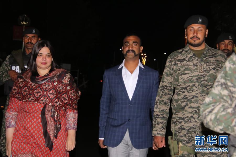 3月1日,在巴基斯坦拉合尔附近的瓦格赫边境口岸,印度空军飞行员阿比南丹(中)在移交仪式上。新华社发(巴基斯坦三军公共关系局供图)