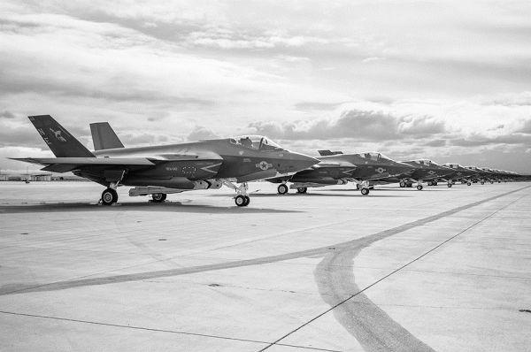 美媒:美海军宣布F-35C战斗机具备初步作战能力