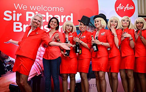 维珍空姐不再化妆_维珍集团创始人理查德·布兰森(左一)穿着空姐服装与空乘人员
