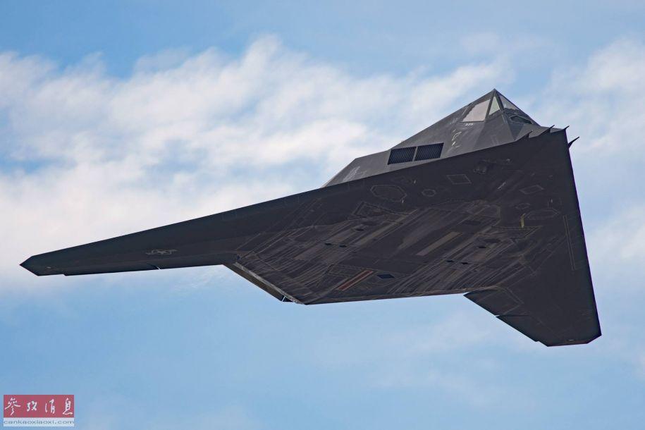 """美军F-117""""夜鹰""""作为历史上第一种?#24230;?#23454;战的隐身战机而闻名于世。尽管美军官方宣称F-117已于2008年4月全面退役,但之后不断有军迷在""""51区?#22791;?#36817;再度拍到这种战机的身影。近日,又有军迷在加州""""死亡谷""""训练区拍到F-117的飞行照片,再次证实了其仍在秘密服役的说法。图为美军迷近日?#32435;?#30340;F-117低空飞越照片。11"""