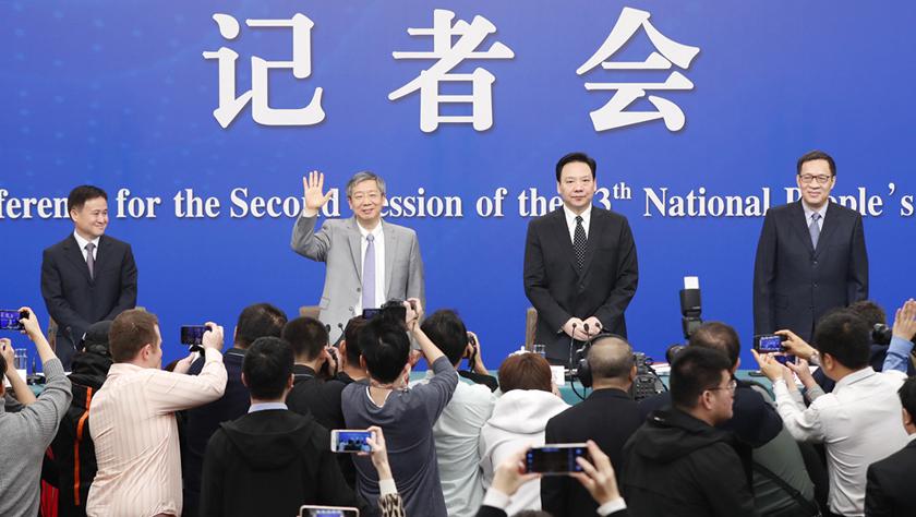 """中国人民银行行长易纲等就""""金融改革与发展""""答记者问"""