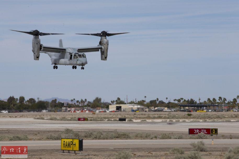 """3月9日,美国空军在位于亚利桑那州的尤马基地举行了规模盛大的开放日飞行表演,包括F-35B隐身战机、A-10攻击机、二战名机P-51D""""野马""""在内的多种机型均有献艺。其中A-10攻击机还与P-51D表演了""""跨代?#21442;琛?#32852;合编队表演,颇有视觉冲击力。图为参展的美陆战队MV-22""""鱼鹰""""倾转旋翼机。2"""