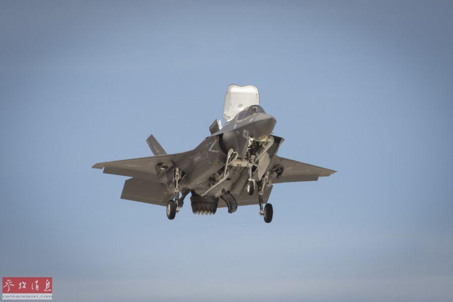 "F-35B短垂版隐身战机参展献艺,图中?#20122;?#25442;至?#23736;?#22402;起降""模式,可见发动机尾喷口已下折90度,前方升力风扇?#21069;?#24050;开启。"