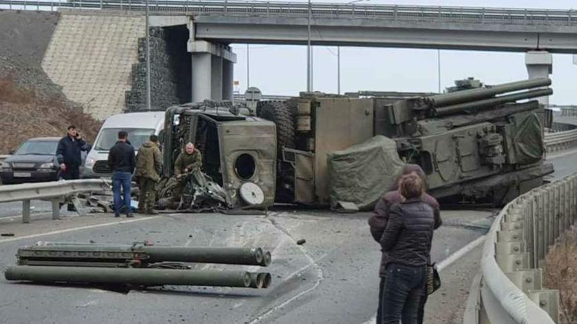 """俄军""""铠甲""""-S1发射车公路侧翻:曾多次被公路?#25353;?#36133;"""""""