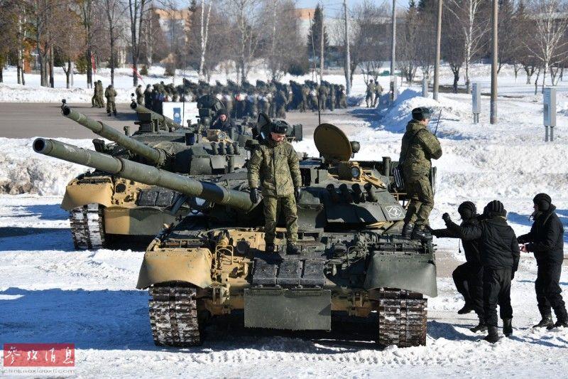 俄军装甲兵登上T-80坦克准备开始表演。
