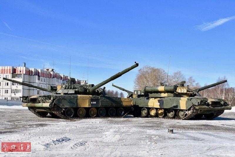"""俄西部军区在坎捷米罗夫卡为女兵和女性文职人员举行了一场独特的""""坦克芭蕾舞""""表演来庆祝节日,由4辆T-80主战坦克组成的""""舞队""""随着音乐翩翩起舞,颇有戏剧性。图为4辆T-80坦克主炮分别指向不同方向,开始表演。"""