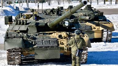 铁甲芭蕾!俄出动T-80坦克为女军人过节