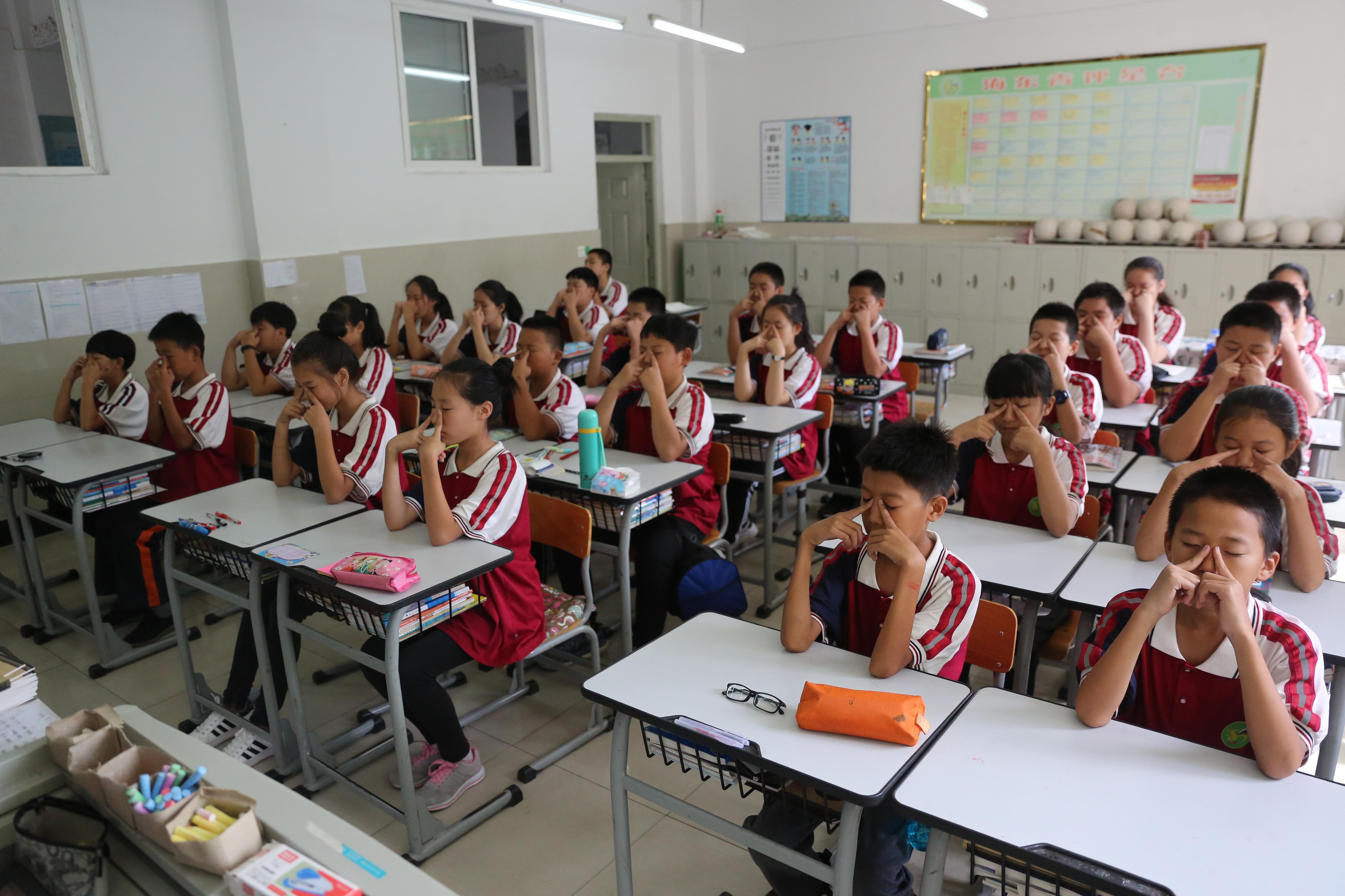频频出手!西媒:中国要把学生从手机屏幕前抢回来