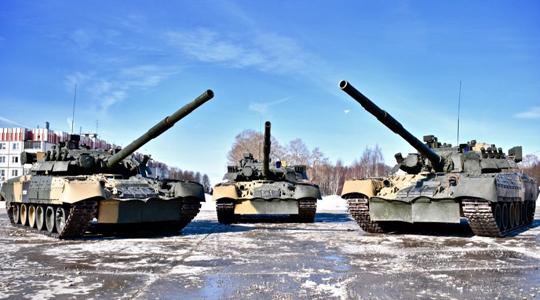 铁?#35013;?#34174;!俄出动T-80坦克为女军人过节