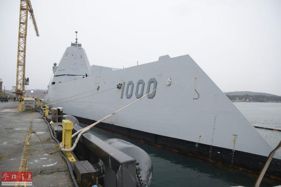 """美海军""""朱姆沃尔特""""号(DDG-1000)隐身驱逐舰,因其独特的外形,被军迷绰号为""""科幻战舰""""。近日,该舰进行首次海外部署,在加拿大的埃斯奎莫尔特港停泊,这也是该舰首次访问加拿大。图为""""朱姆沃尔特""""号在加拿大港口停泊。17"""