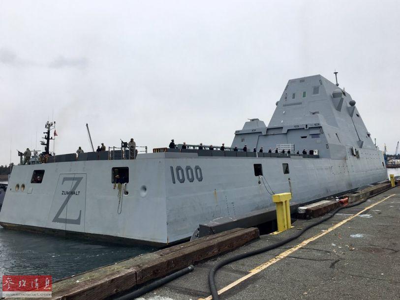 """舰艉角度拍摄的""""朱姆沃尔特""""号隐身驱逐舰,可见舰艉的1000舷号,以及""""朱姆沃尔特""""号舰名。"""