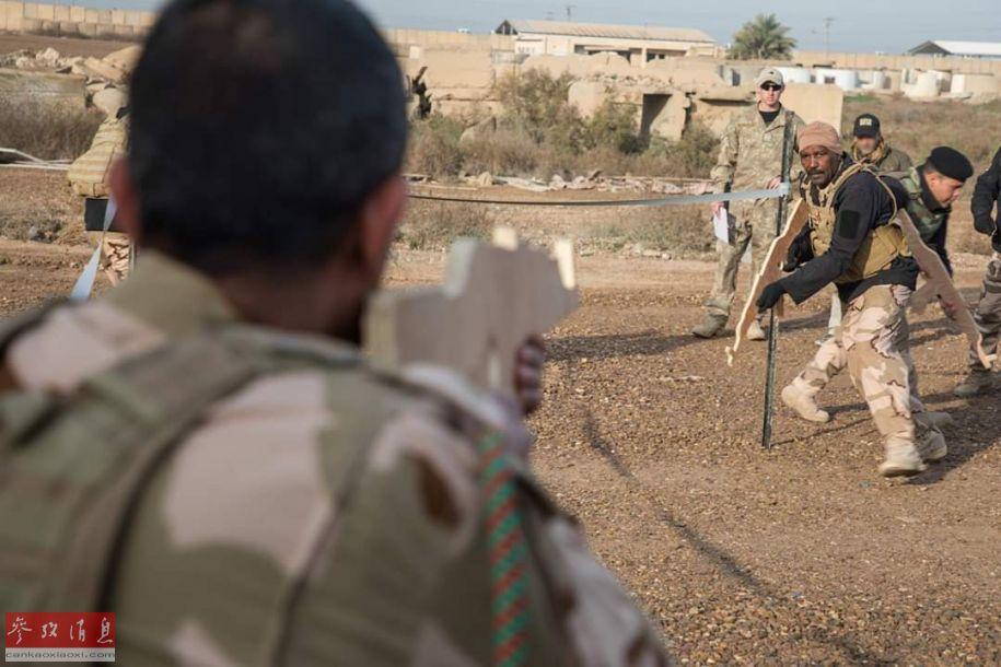 近日,在伊拉克首都巴格达附近的塔吉军事基地内,新西兰教官正在为伊拉克政府军士兵训练巷战技巧。值得注意的是,伊军士兵在训练中使用的都是AK-47木制模型,而非实际步枪,似乎是出于担心训练走火。14