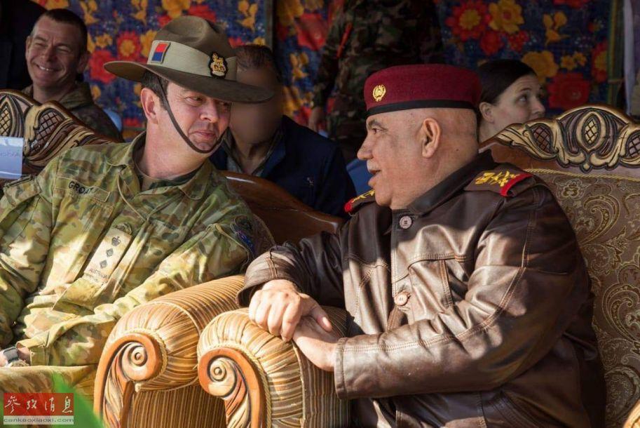 新西兰陆军教官与伊拉克军队高官交谈。