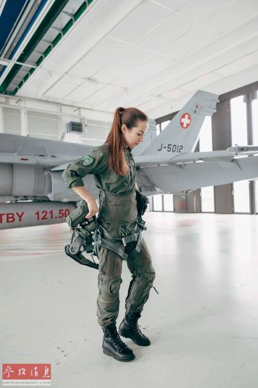 图为范妮与座机F-18战机合影。