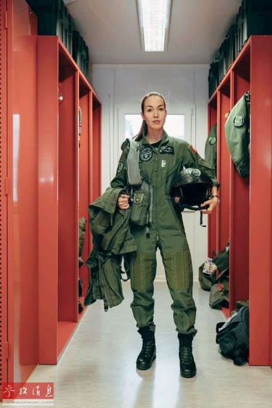 """近日,瑞士空军历史上第一位女战斗机飞行员范妮·乔列特(Fanny Chollet)公开亮相,她在Payerne军事机场接受了媒体采访。她的高颜值,让外国网友感叹无疑是位""""男飞行员杀手""""。图为范妮在基地整备室亮相。11"""