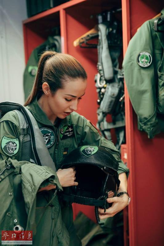 范妮整理飞行装具。