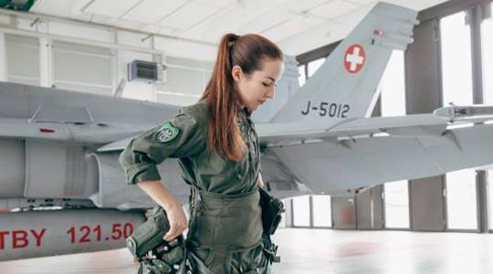 飞行员杀手!瑞士首位女战机飞行员亮相