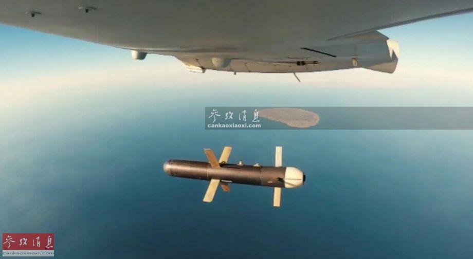 """3月16日,伊朗军队在波斯湾地区首次举行大规模无人机""""蜂群""""空袭演习,针对驻中东美军意味十分明显。此次演习中,伊朗军方出动了至少50架国产攻击型无人机,至少四种型号,涵盖大、中、小不同类型,其中最大亮点是首次以机群规模出动了""""雷电""""隐身无人战机,还公布了其投弹画面(如图所示)。5"""