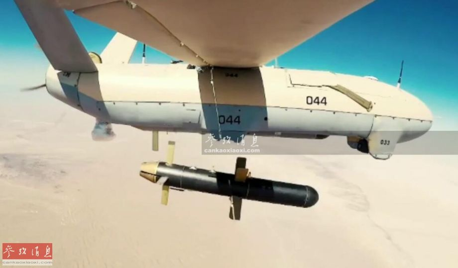 """此次军演中,伊朗军方罕见集中动用了多种型号的攻击型无人机,例如图中的""""见证者""""(Shahed )-123小型攻击型无人机,采用略带前掠角的主翼+V形垂尾布局,能携带至少一枚Sadid-345滑翔制导炸弹。图为""""见证者""""-123小型无人机投弹瞬间。"""