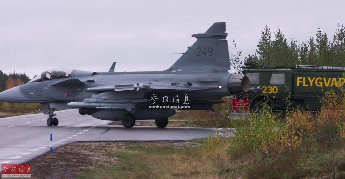 """近日,瑞典空军公布JAS-39""""鹰狮""""战机演练高速公路起降作战视频。由于该型战机在设计阶段,就十分注重野外部署能力,""""鹰狮""""从公路起飞时滑跑距离仅需300米。图为""""鹰狮""""战机准备从高速公路起飞作战。2"""