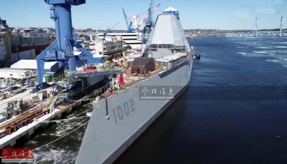 """3月15日,有着美海军""""水面战舰摇篮""""之称的美国巴斯钢铁造船厂(简称BIW),放出的最新无人机航拍视频显示,朱姆沃尔特级隐身驱逐舰的三号舰""""林登·约翰逊""""号(DDG-1002)已进入码头舾装阶段,或标志着其距离最终完工日期已近,或将于近年内服役。图为无人机航拍已进入码头舾装阶段的""""约翰逊""""号。"""