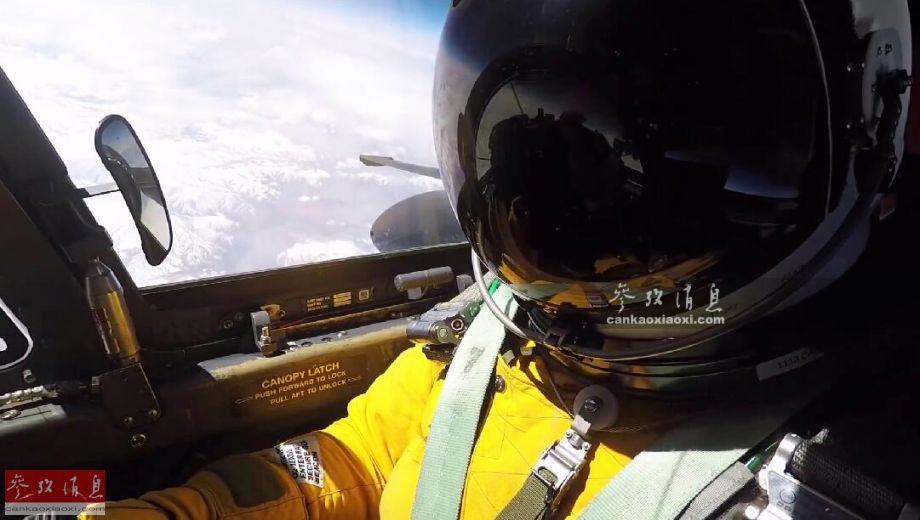 """3月15日,在阿联酋宰夫拉空军基地进行海外部署的美空军第99远征侦察中队,罕见公开U-2S高空侦察机的出动细节,或许与此前伊朗高调举行无人机""""蜂群""""空袭演练有较强的针对性。图为U-2S飞行员在2.4万米高空巡航时的自拍视频截图。11"""