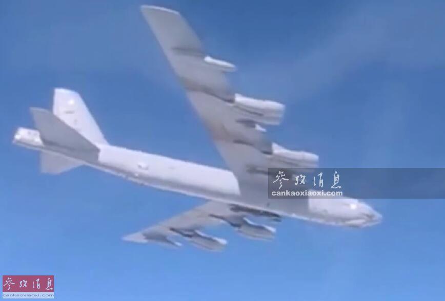 3月21日,俄国防部公开俄军紧急出动2架苏-27战机,在波罗的海地区拦截逼近俄领空的美军B-52H战略轰炸机的视频影像,这是短短10天内,美俄两军战机在该地区发生的7次空中对峙之一。图为俄军苏-27战机飞行员抵近拍摄的美军B-52H轰炸机视频截图。8