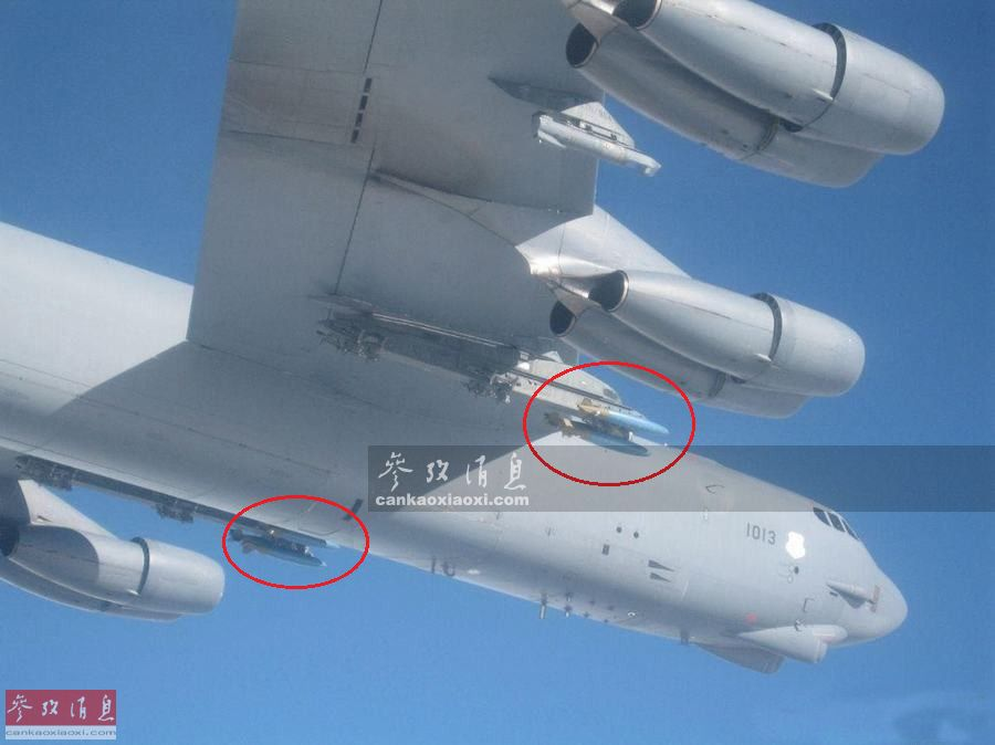 """值得注意的是,俄军拦截美军轰炸机的清晰图片中显示,这架B-52H还在主翼下挂载了6枚227千克级的Mk82航空炸弹训练弹(红圈标出,蓝色弹体),以及一个""""狙击手XR""""瞄准吊舱,显示该机正在进行模拟空袭演练。美军B-52H已很少使用无制导的Mk82炸弹,此次专门挂载训练弹应该也是为了避免过度刺激俄军。"""