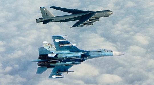 空中对峙!俄苏-27波罗的海拦截美B-52