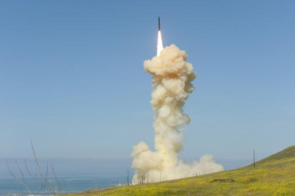 """美军试射""""地基中段拦截弹""""(GBI)反导导弹"""