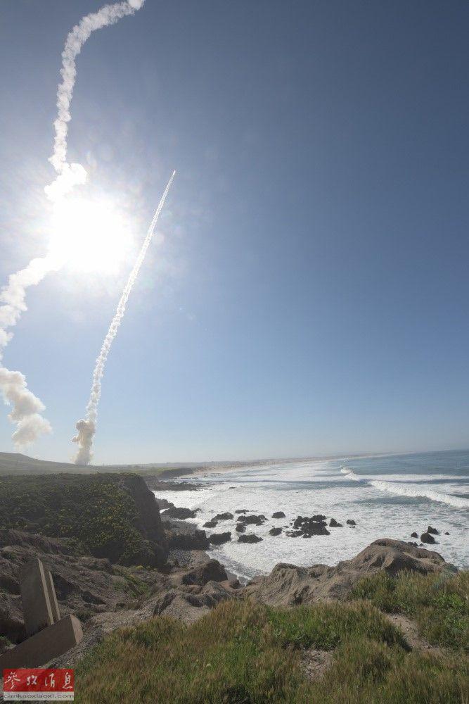 """远距离拍摄的从美国本土加州范登堡空军基地发射""""地基中段拦截弹""""(GBI)瞬间。"""