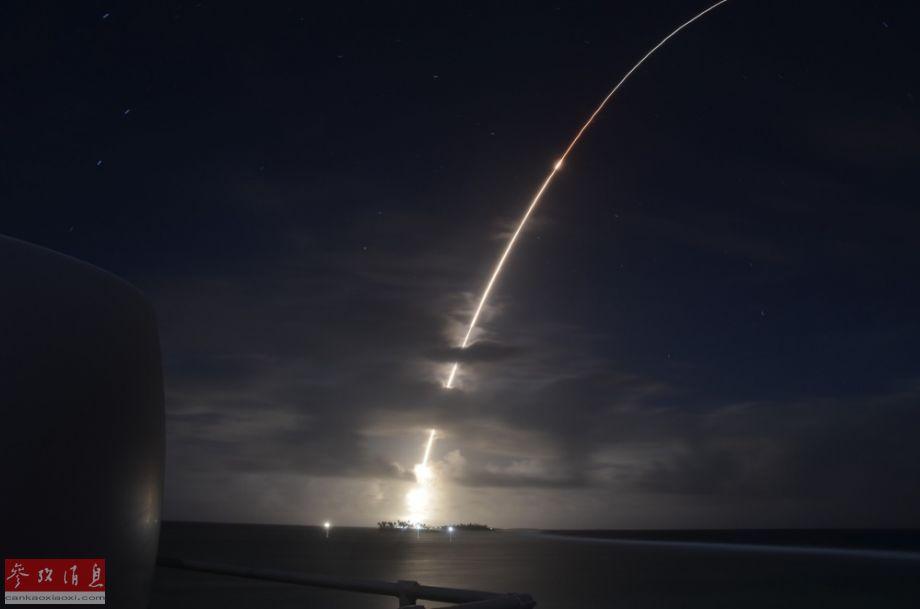 """3月25日,美军举行首次反导系统齐射拦截试验。图为扮演""""来袭洲际导弹""""的靶弹从夸贾林环礁弹道导弹防御试验场发射升空。5"""