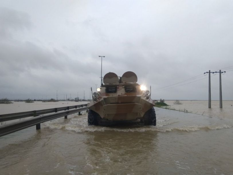 在洪水中行驶的伊朗陆军装甲车。