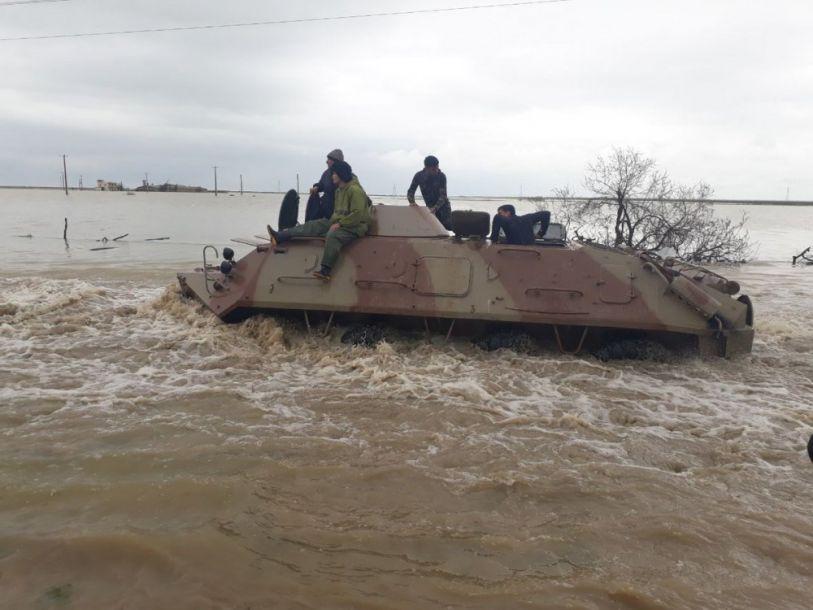 军方装甲车运送灾民前往安全地带。