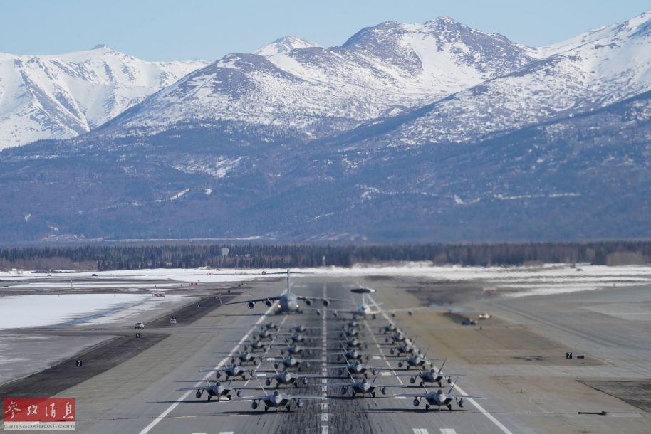 """此次参加""""象步游行""""的除了24架F-22隐身战机外,还有一架E-3预警机和一架C-17运输机。"""