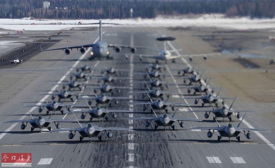 """""""象步游行""""(elephant walk)是美国空军术语之一,指多架军机以最小间距首尾相连滑行,以便在最短时间内升空作战,在和平时期也有炫耀实力的作用。3月26日,分别隶属于美空军预备役司令部第477战斗机大队和美空军第3战斗机联队的24架F-22隐身战机,在阿拉斯加州埃尔门多夫基地,首次进行""""象步游行""""训练,场面颇具视觉冲击力。"""