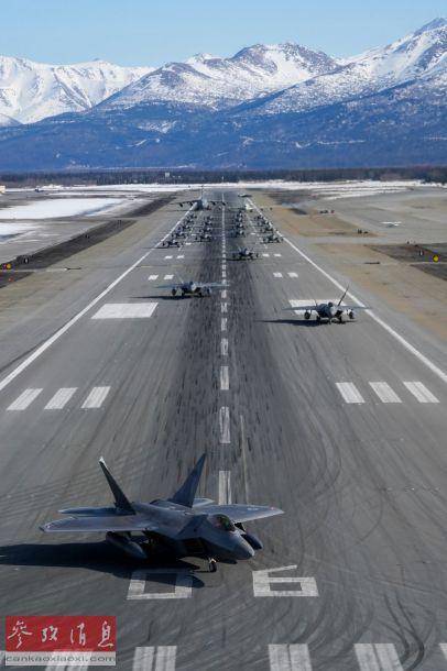 24架F-22依次沿跑道疏开移动,准备起飞。