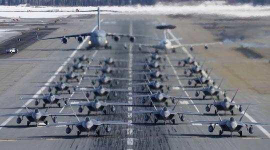 猛禽组团扬威!美军24架F-22象步游行