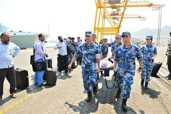 中国官兵用担架运送行动不便的老人