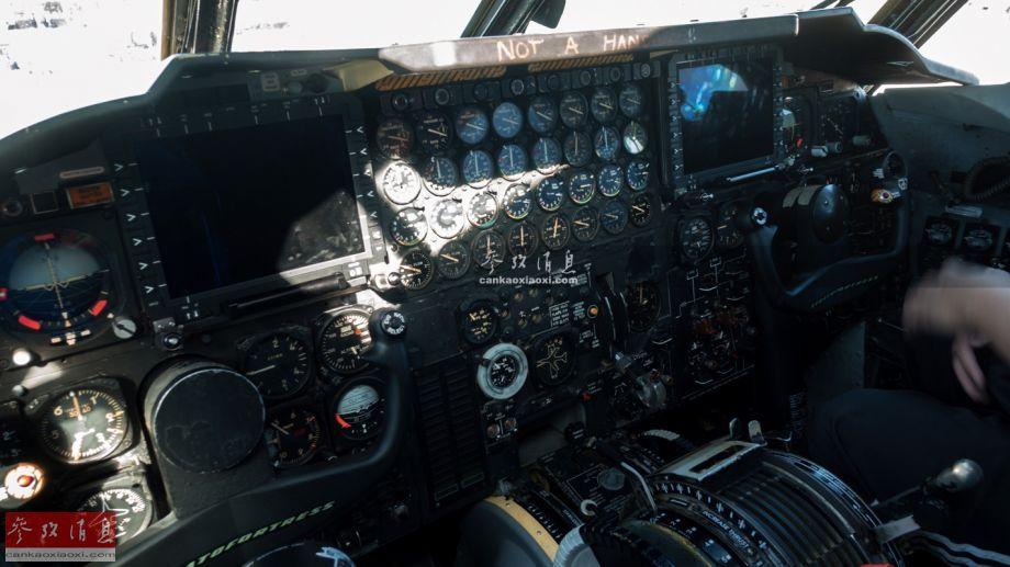 """2019年3月30至31日,位于美国加州的特拉维斯空军基地举行规模盛大的航展,包括美空军F-22隐身战机、""""雷鸟""""飞行表演队、KC-46加油机、美海军F-35C舰载隐身战机等均有参展。其中军迷甚至有机会能进入美军B-52H战略轰炸机座舱中拍照。图为中国军迷拍摄的B-52H座舱照片。(现场图片由热心军迷Lazarus从前方传回,特此感谢)56"""