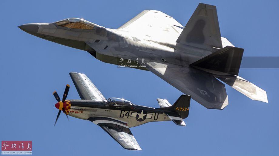 """图为在航展上进行""""跨代编队""""献艺的美空军F-22""""猛禽""""隐身战机(AK代码显示驻地位于阿拉斯加州的埃尔门多夫基地)和二战名机P-51""""野马"""",两者分别代表了各自时代战斗机技术的最高水平,编队飞行颇具视觉冲击力。"""