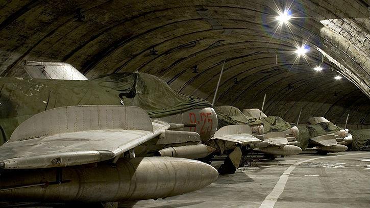 """藏在山洞之中 阿尔巴尼亚""""甩卖""""老旧米格战机"""