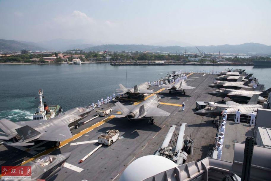 """美海军官网近日放出高清组图显示,""""黄蜂""""号两栖攻击舰抵达菲律宾,参加""""肩并肩""""联合军演,其甲板上可见满载F-35B短垂隐身战机群。这是""""黄蜂""""号在装备F-35B后首次抵达菲律宾,西方军事家认为此次美菲军演,针对中国意味较为明显。图中""""黄蜂""""号甲板可见10架F-35B战机。53"""