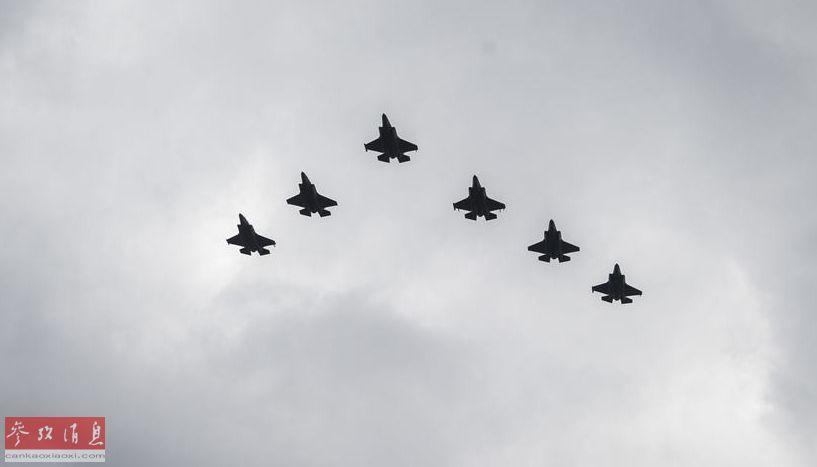 """美陆战队6架F-35B低空编队飞越""""黄蜂""""号两栖攻击舰。"""