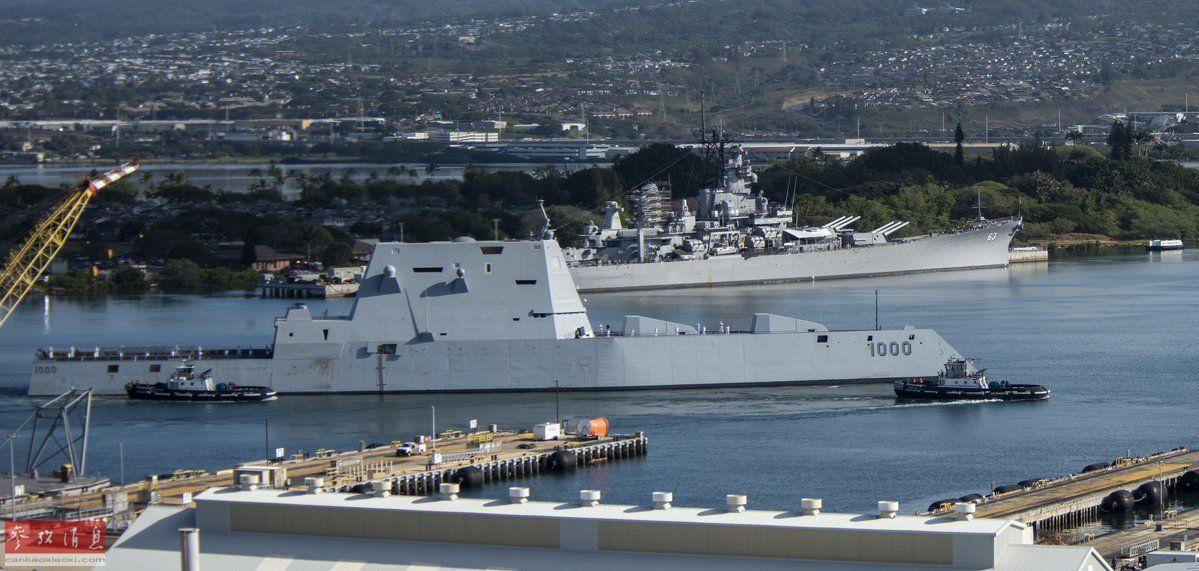 """4月2日,有着""""科幻战舰""""之称的美海军""""朱姆沃尔特""""号(DDG-1000)隐身驱逐舰首次抵达夏威夷珍珠港,并且与停泊在港中的二战名舰——""""密苏里""""号战列舰同框合影,""""未来战舰""""从二战战列舰旁缓缓驶过,给人一种""""跨越时空""""的错觉。图为""""朱姆沃尔特""""号与""""密苏里""""号的历史性合影。50"""