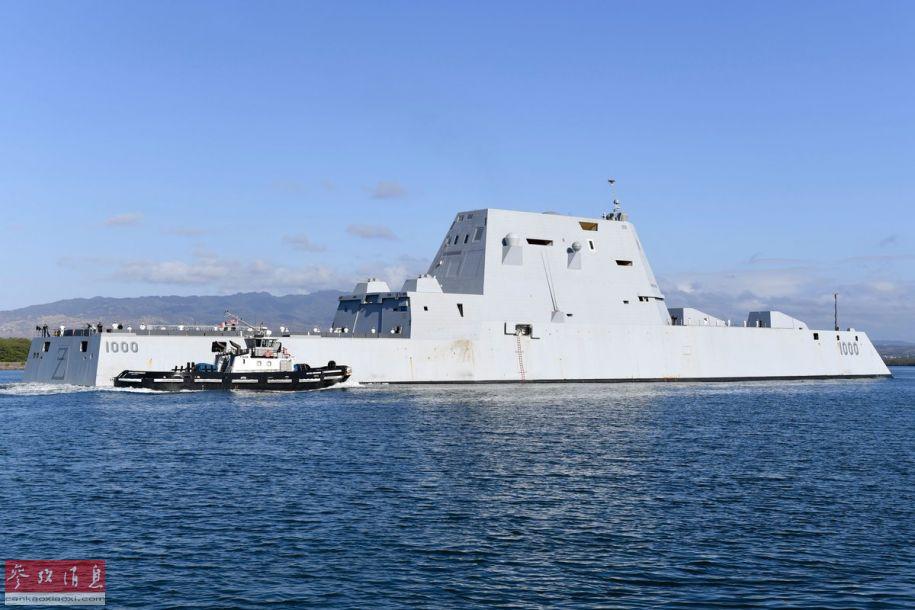 """3 驶入珍珠港水道的""""朱姆沃尔特""""号,舰艉可见DDG-1000的舷号,以及标志性的英文字母Z。"""