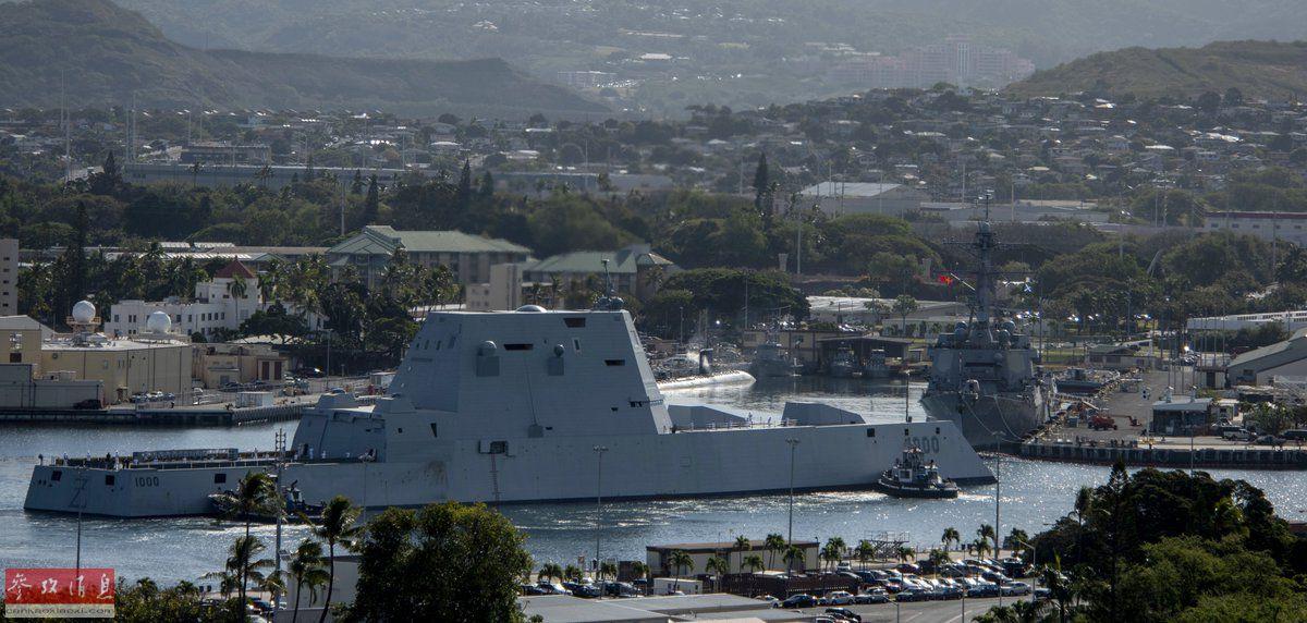 """2 4月2日,""""朱姆沃尔特""""号驱逐舰首次驶入珍珠港,港内可见一艘伯克级导弹驱逐舰。"""
