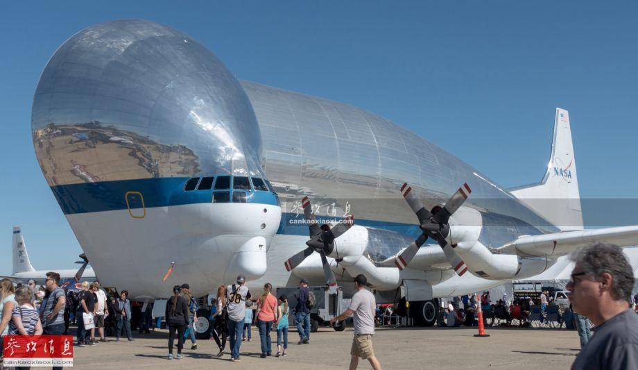 """2019年3月30至31日,美国加州的特拉维斯空军基地举行规模盛大的航展,除了F-22、F-35C隐身战机、C-5M运输机参展外,还有一种外形奇葩的、名为""""超级古比鱼""""(Super Guppy)的重型运输机参展,如图所示,其不仅外形奇特,而且可以""""歪开""""机头。(现场图片由热心军迷Lazarus从前方传回,特此感谢)47"""