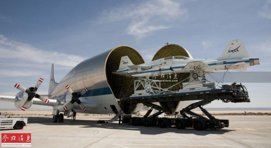 """""""超级古比鱼""""的正式型号称为B-337-SGT-F,由美国AeroSpacelines公司于20世纪60年代基于C-97运输机改进而来,1965年8月成功首飞,最初是为美国国家航空航天局(NASA)空运""""土星五号""""运载火箭部件专门研发,仅制造了5架,目前仅有一架仍在使用,如资料图所示,该机可""""鲸吞""""并空运2架T-38教练机。"""